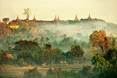 Lever de soleil sur les stupas de Mrauk U, Birmanie