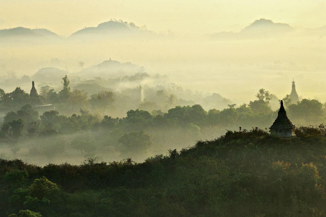 Brume matinale sur les pagodes de Mrauk U, Birmanie