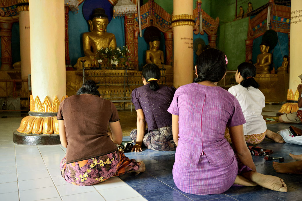 Femmes dans la pagode Sakya Manaung à Mrauk U, Birmanie
