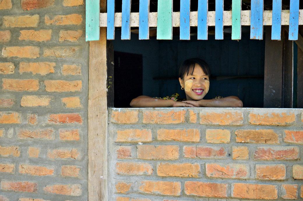 Sourire d'une jeune femme avec du thanaka à Mrauk U