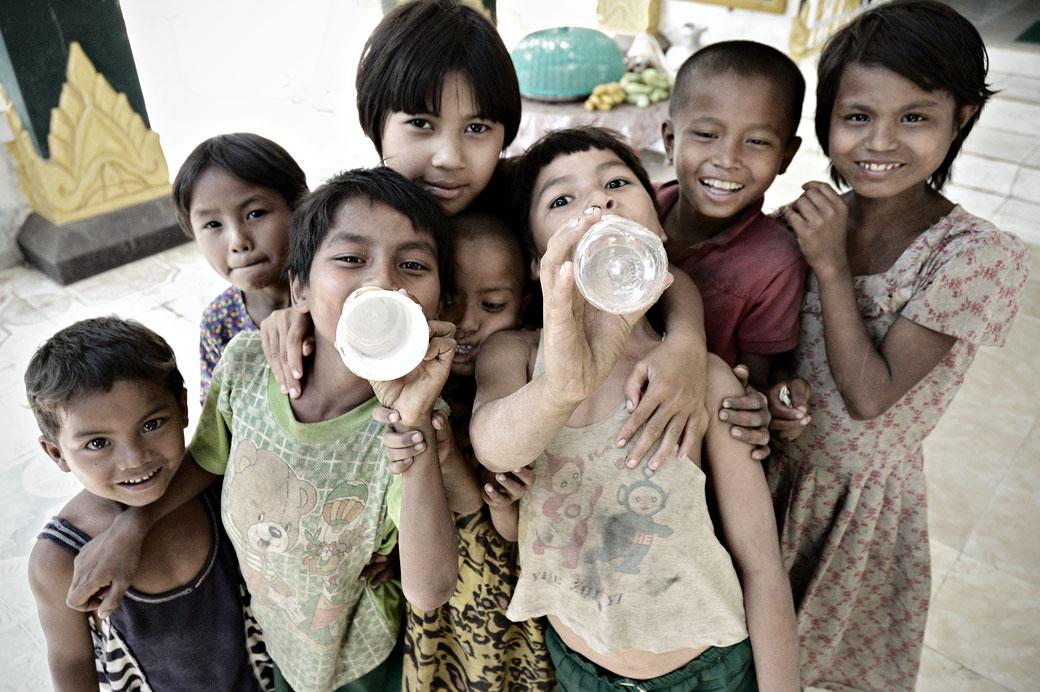 Groupe d'enfants facétieux à Mrauk U, Birmanie