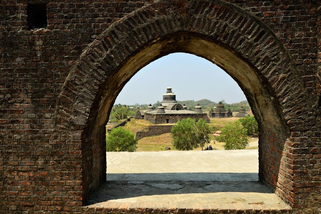 Temple de Htukkanthein depuis le temple de Shitthaung à Mrauk U