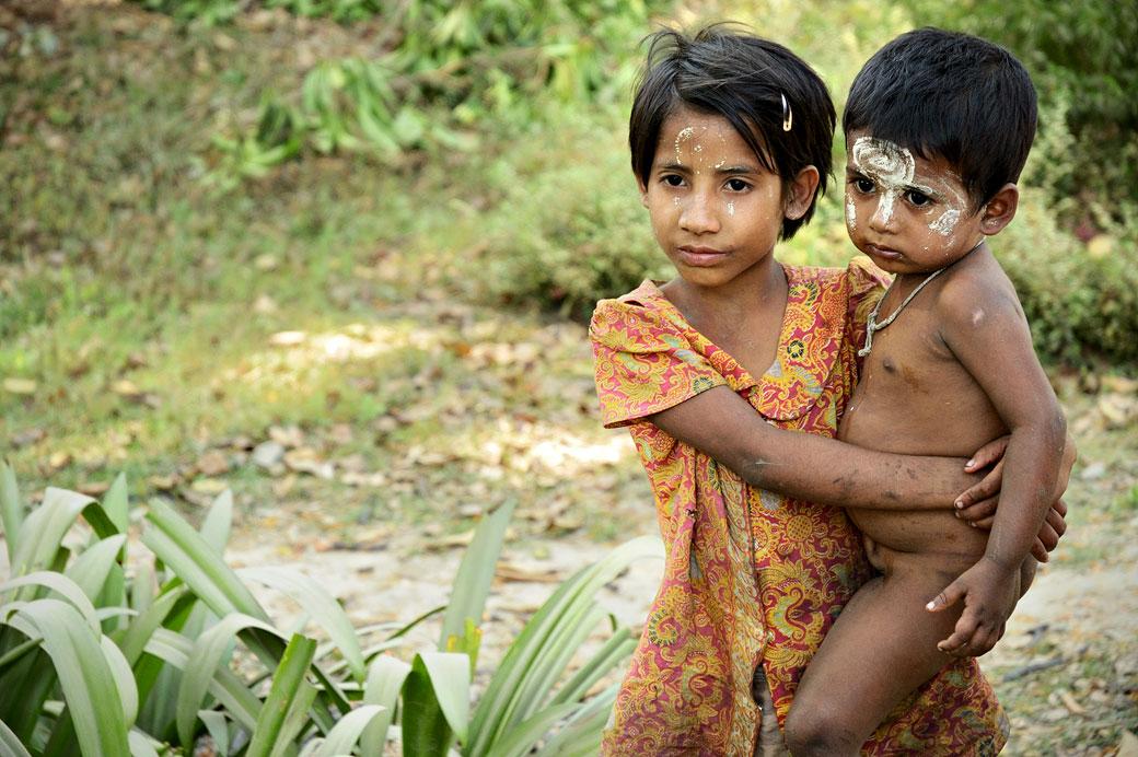 Enfants avec du thanaka à Mrauk U dans l'état Arakan, Birmanie