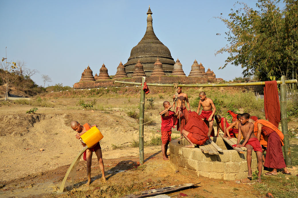 Moines devant la Pagode Ratanabon à Mrauk U, Birmanie