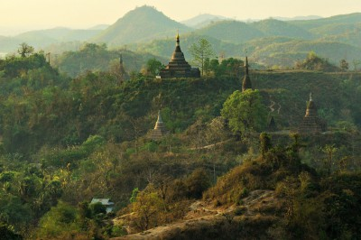 Collines et pagodes en fin de journée à Mrauk U, Birmanie