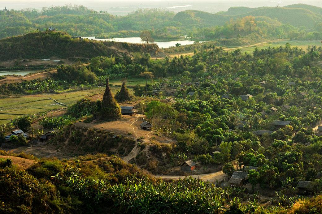 Vieilles pagodes en fin de journée à Mrauk U, Birmanie