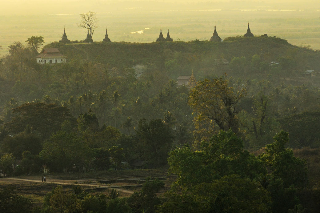 Sept stupas sur une colline de Mrauk U en fin de journée, Birmanie