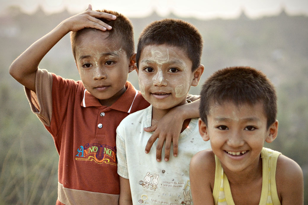 Trois jeunes garçons avec du thanaka à Mrauk U, Birmanie