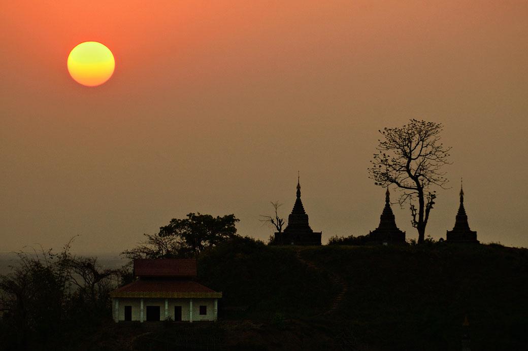 Coucher de soleil et stupas à Mrauk U, Birmanie