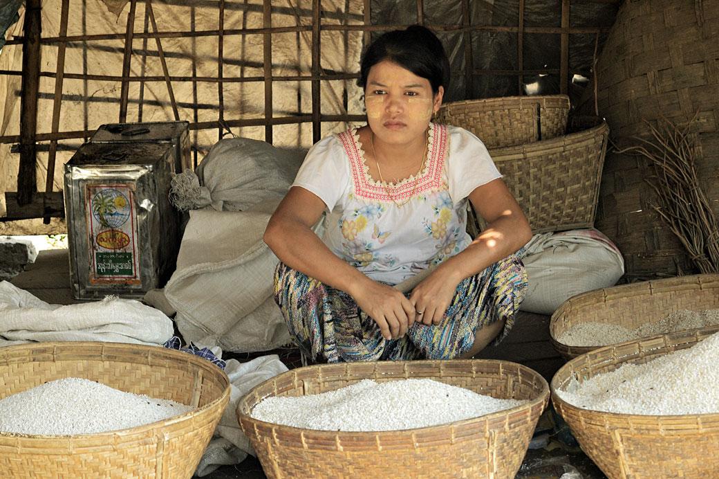 Vendeuse de riz au marché de Mrauk U, Birmanie