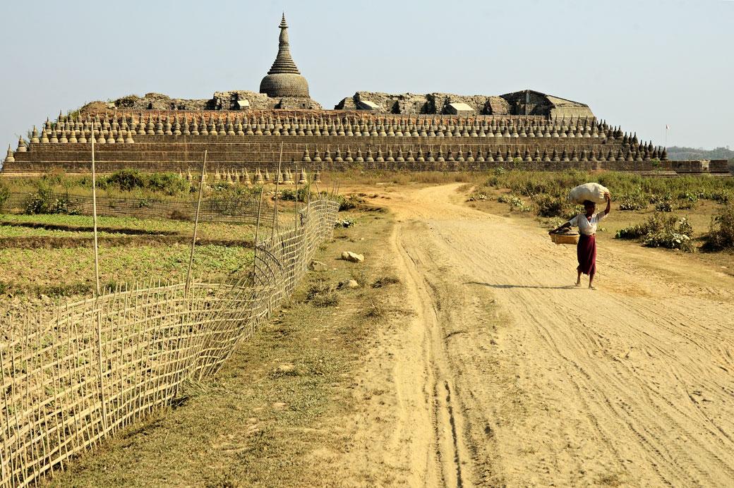 Femme devant le Temple de Kothaung à Mrauk U, Birmanie