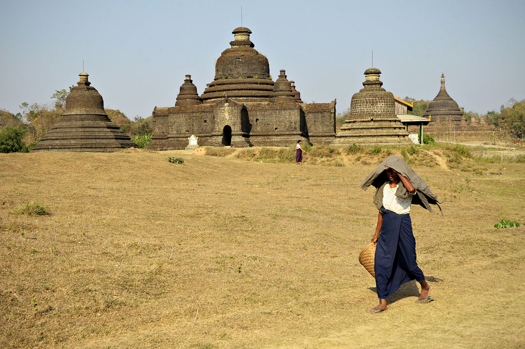Femme devant le temple de Lay Myet Hna à Mrauk U, Birmanie