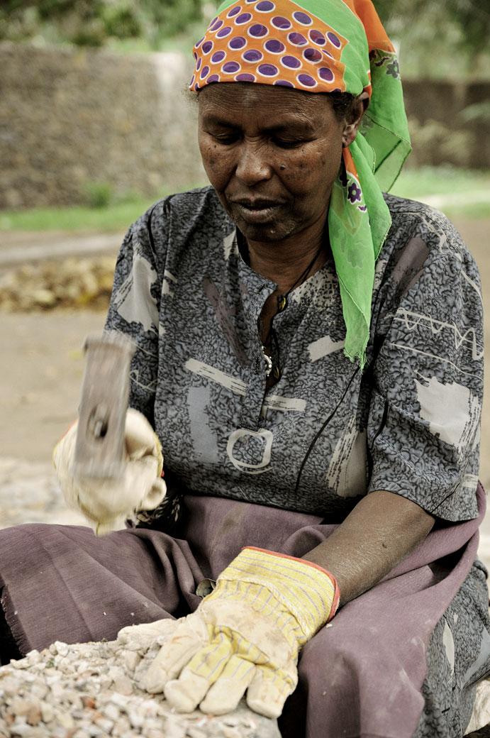 Ouvrière qui casse des pierres à Gondar, Ethiopie