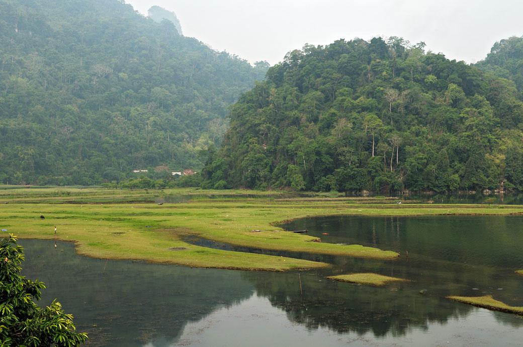 Réflexion matinale sur les berges du lac de Ba Be, Vietnam