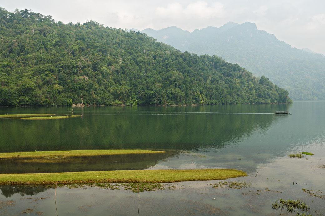 Petit bateau sur le lac de Ba Be, Vietnam