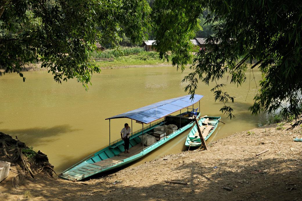 Bateau typique naviguant sur le lac de Ba Be, Vietnam