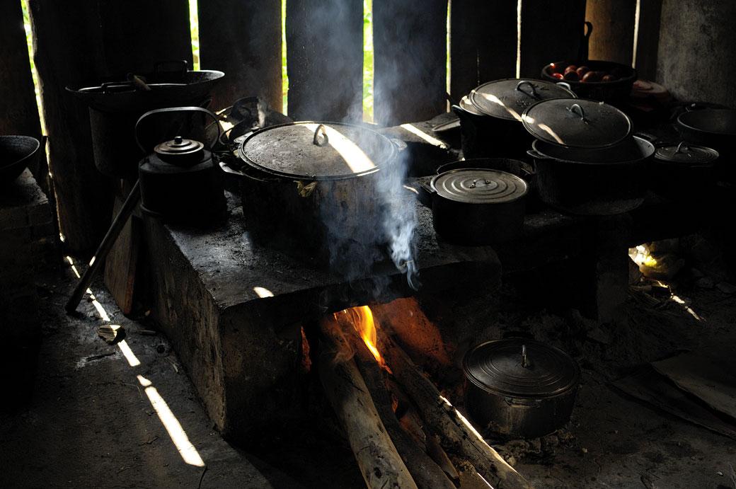 Casseroles sur le feu dans une cuisine sombre, Vietnam
