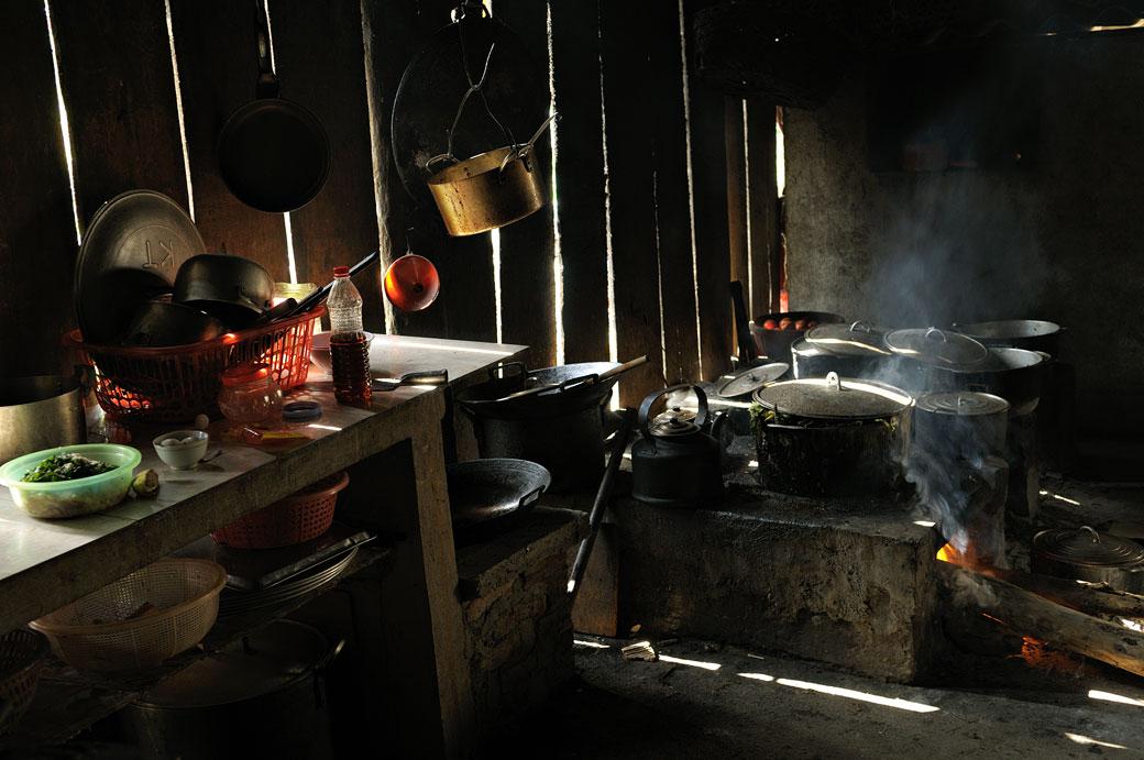 Casseroles sur le feu dans une cuisine de restaurant, Vietmam
