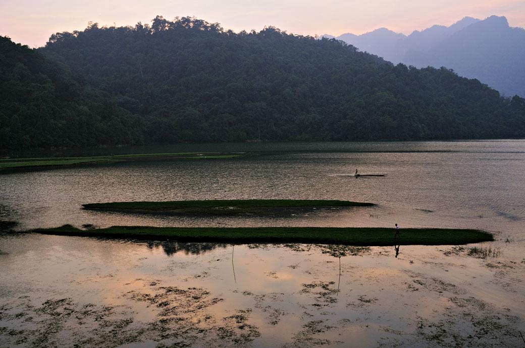 Fin de journée au lac de Ba Be, Vietnam