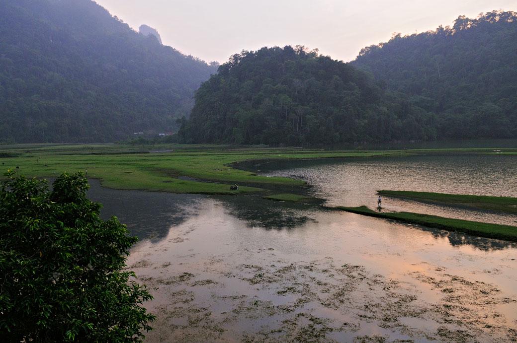 Fin de journée au bord du lac de Ba Be, Vietnam