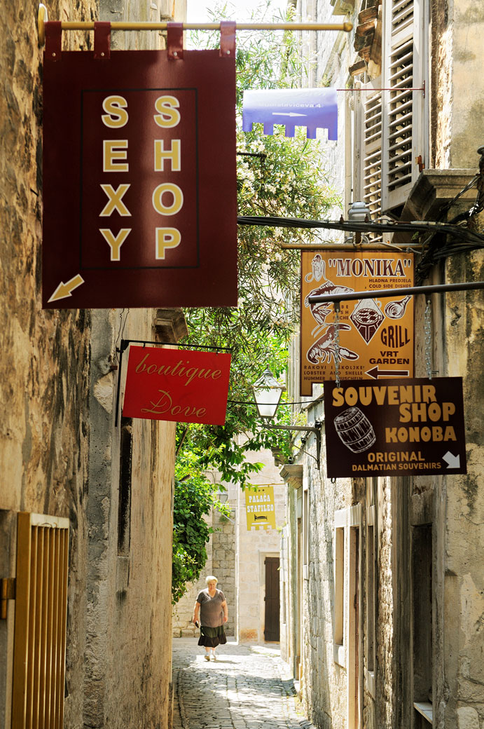 Enseignes de commerces dans la vieille ville de Trogir, Croatie
