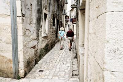 Couple âgé dans une ruelle de Trogir, Croatie