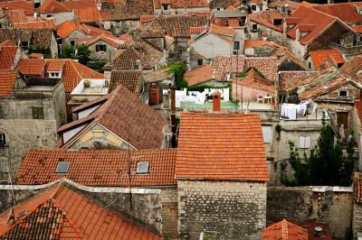 Au-dessus des toits du centre historique de Trogir, Croatie
