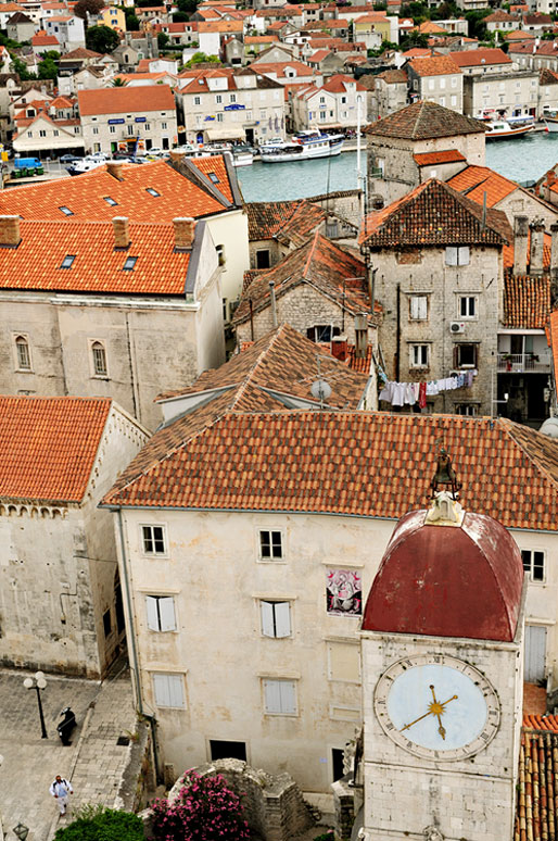 Toits et horloge dans la vieille ville de Trogir, Croatie