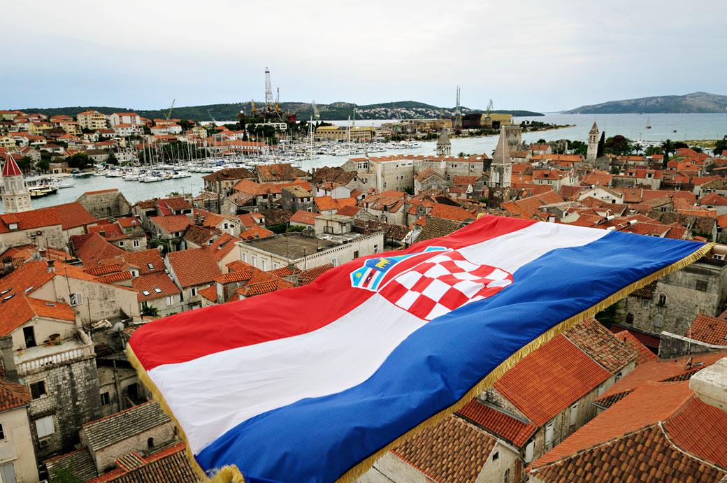 Drapeau croate flottant au-dessus de la ville de Trogir, Croatie