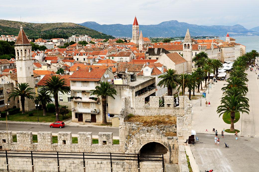 Palmiers et clochers de la ville de Trogir, Croatie