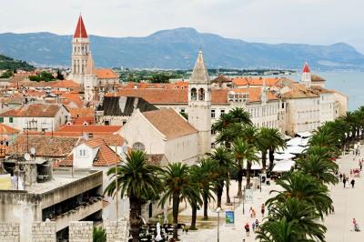 Clochers et palmiers de la ville historique de Trogir, Croatie