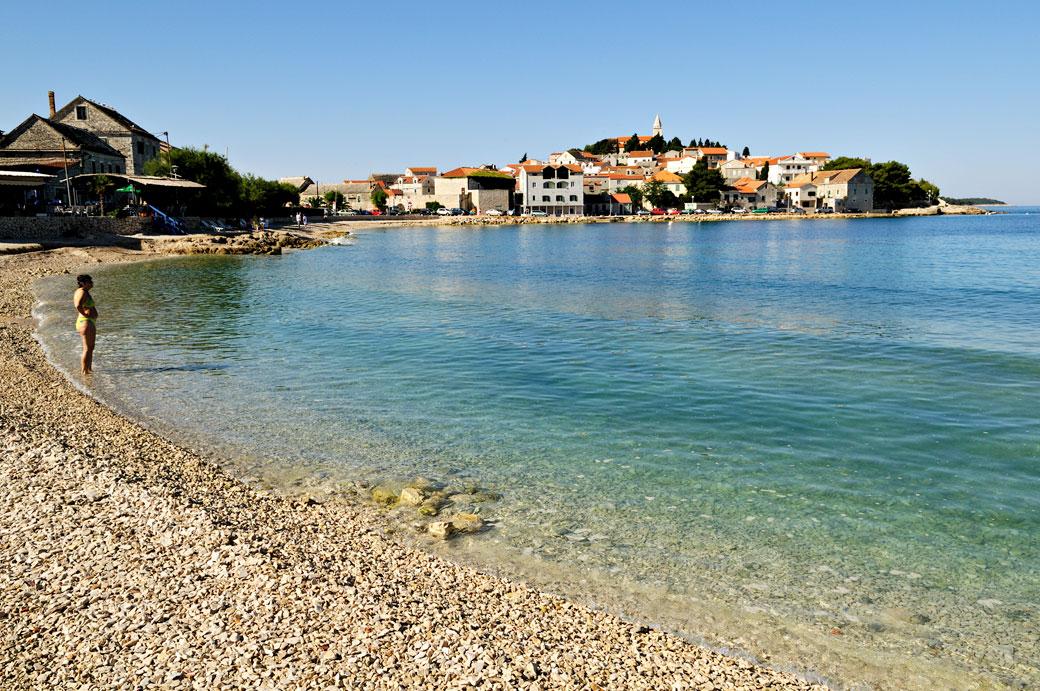 Plage de galets au sud de Primošten, Croatie