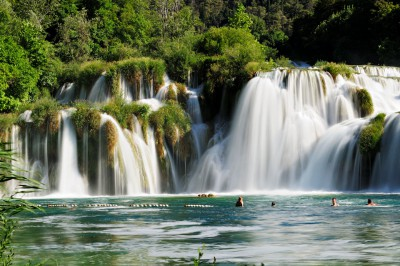 Baigneurs et cascades de Skradinski Buk, Croatie