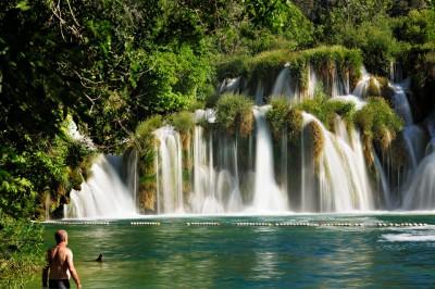 Baigneur devant les cascades de la rivière Krka, Croatie