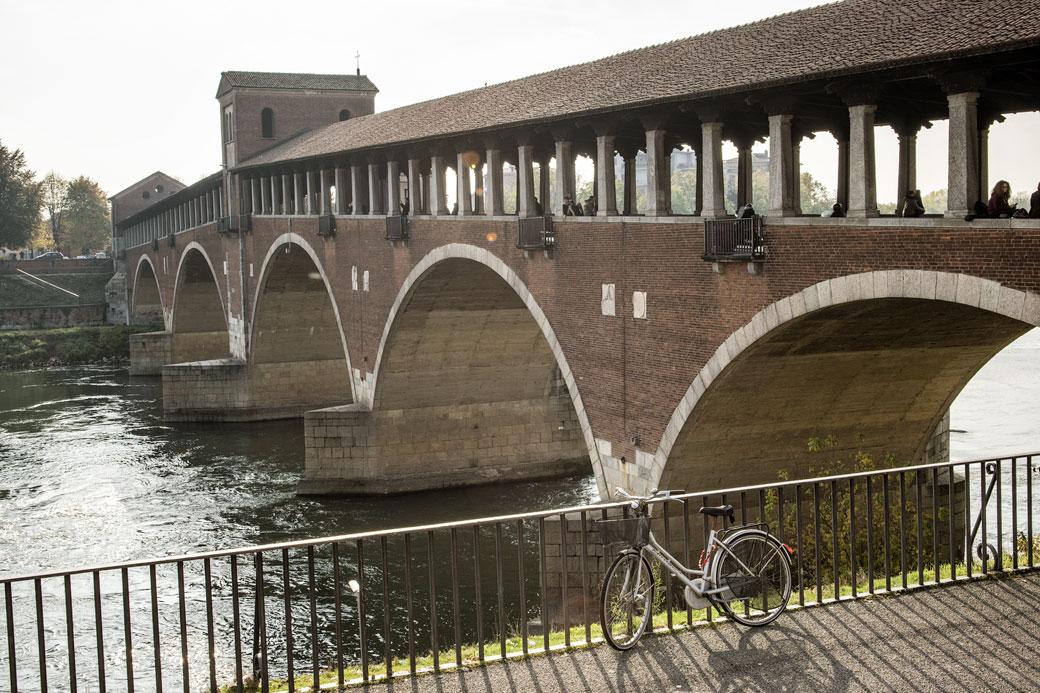 Vélo devant le Pont couvert de Pavie, Italie