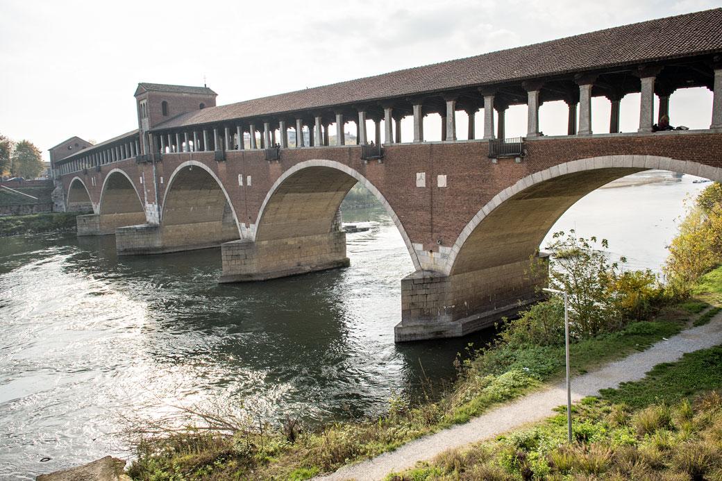 Le Pont couvert et la rivière Tessin à Pavie, Italie