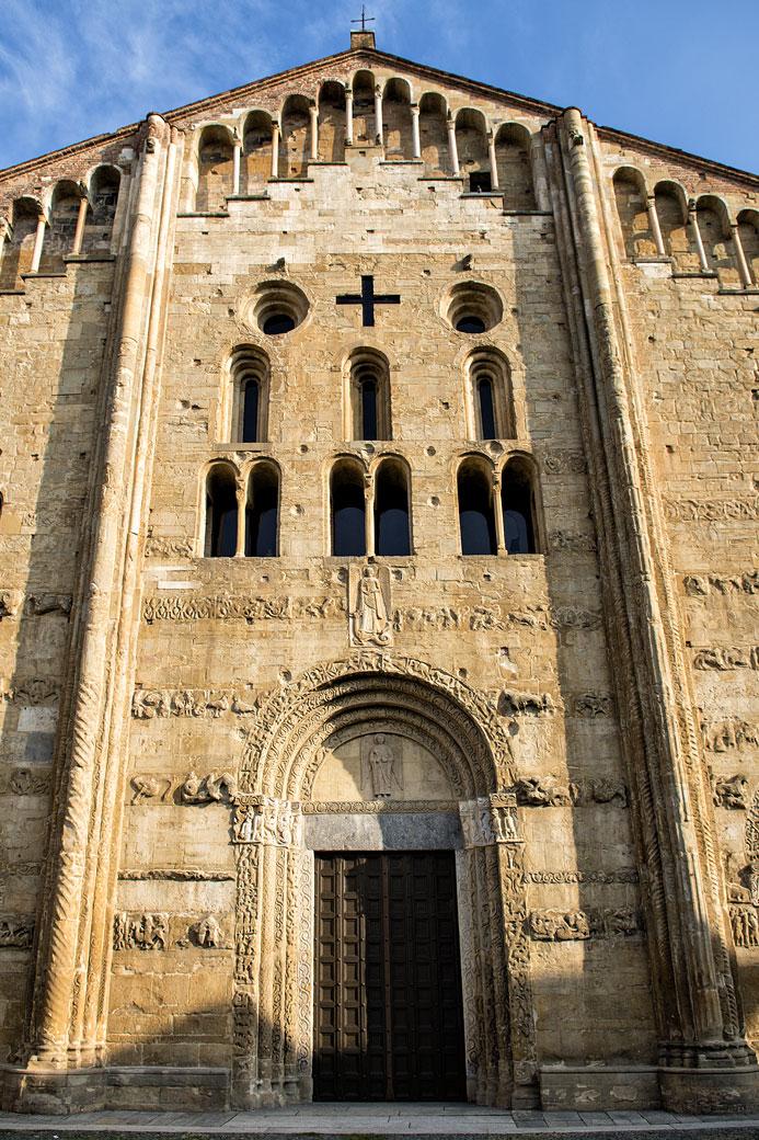 Façade de la basilique San Michele Maggiore de Pavie, Italie