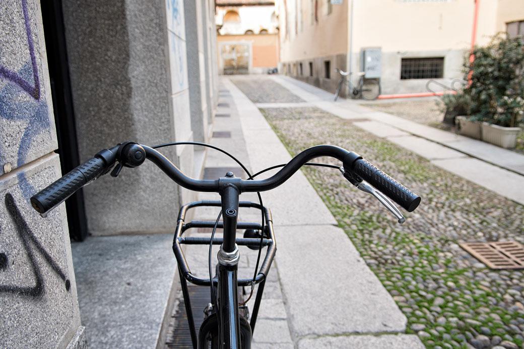 Vélo dans une ruelle de Pavie, Italie