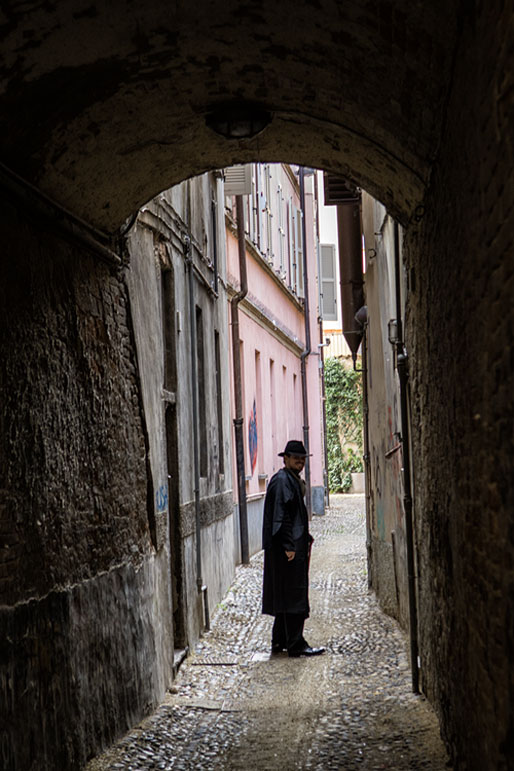 Ivan Fowler dans une ruelle de Pavie, Italie