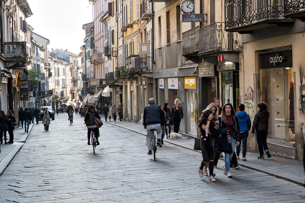 Passants dans une rue de Pavie en Lombardie, Italie