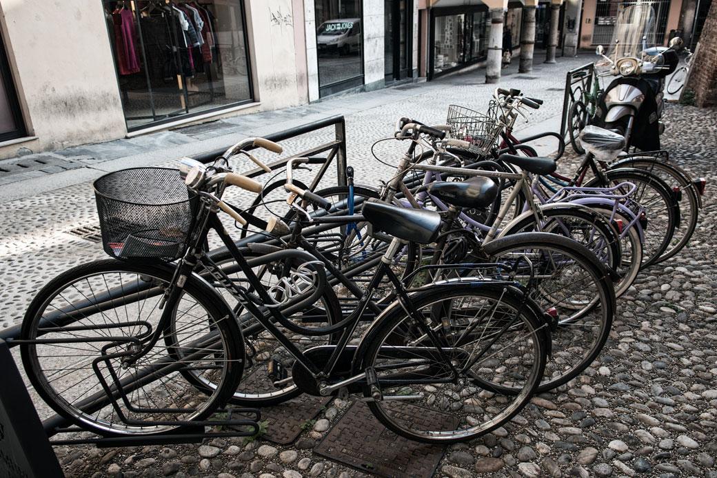 Vélos parqués dans une rue de Pavie, Italie