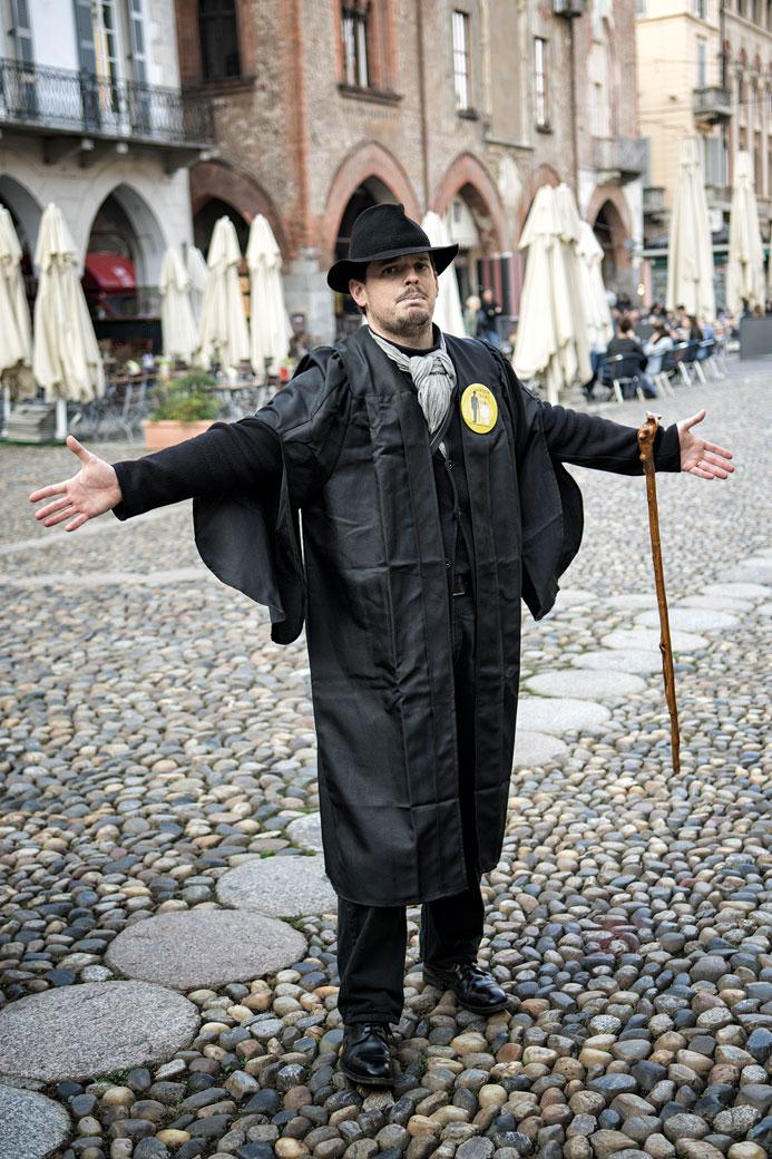 Explications théâtrales d'Ivan Fowler à Pavie, Italie