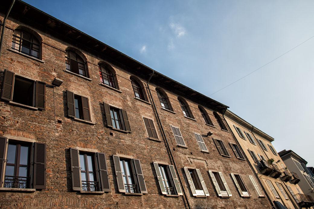 Façades sur la place de la Victoire à Pavie, Italie