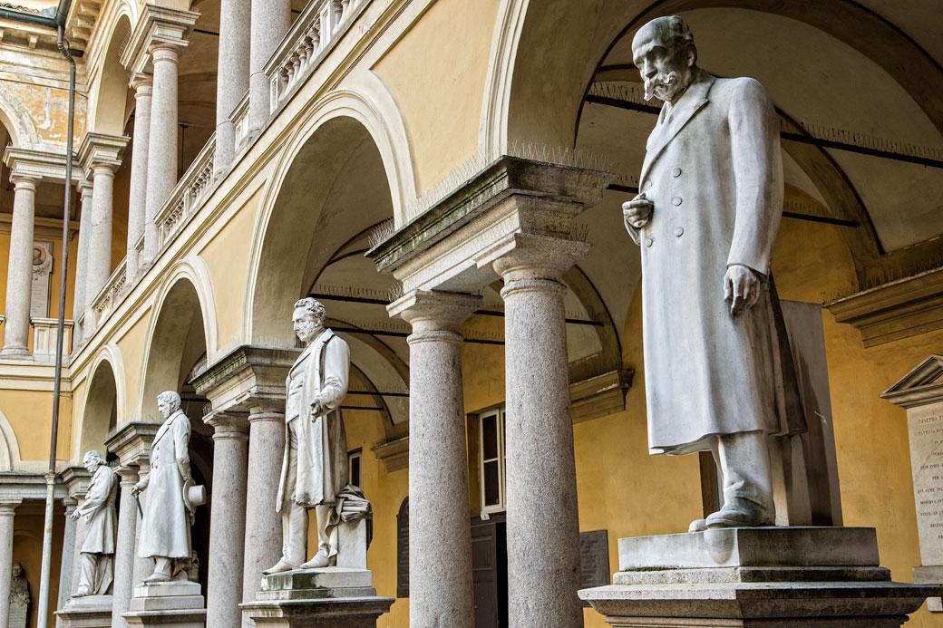 Statues dans une cour de l'université de Pavie, Italie