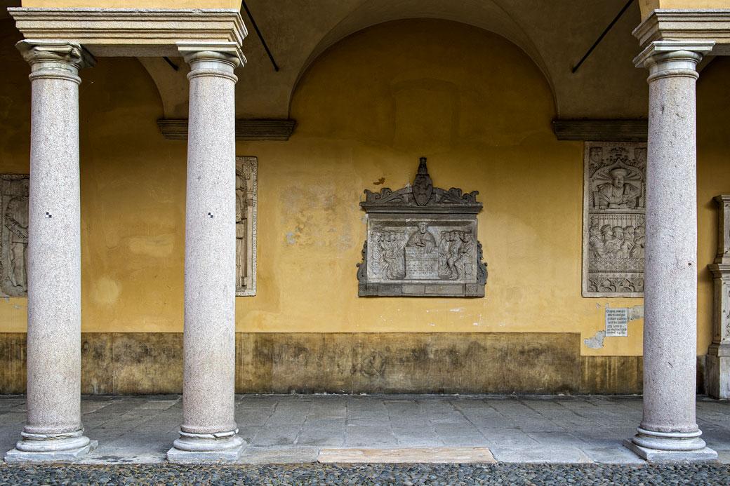 Colonnes et bas-relief à l'université de Pavie, Italie
