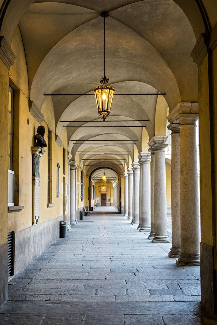 Arcade et lampes à l'université de Pavie, Italie