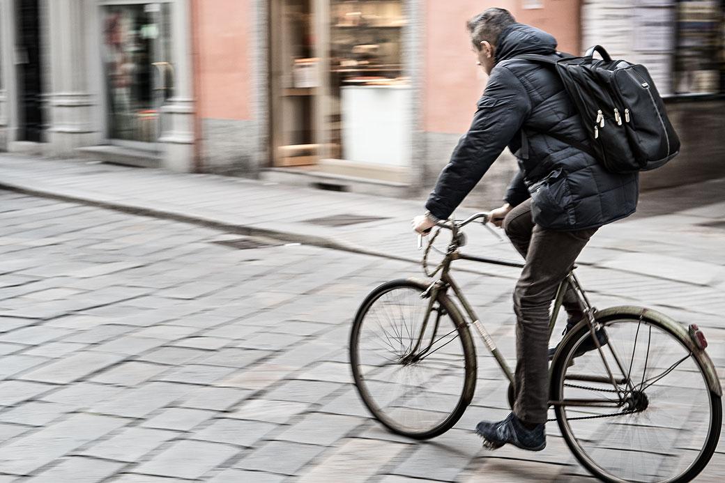 Homme sur un vieux vélo dans une rue de Pavie, Italie