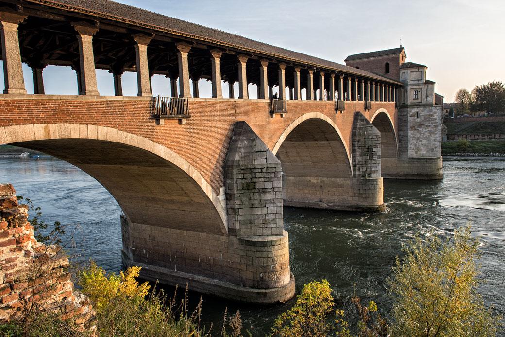 Le Pont couvert de Pavie et la rivière Tessin, Italie