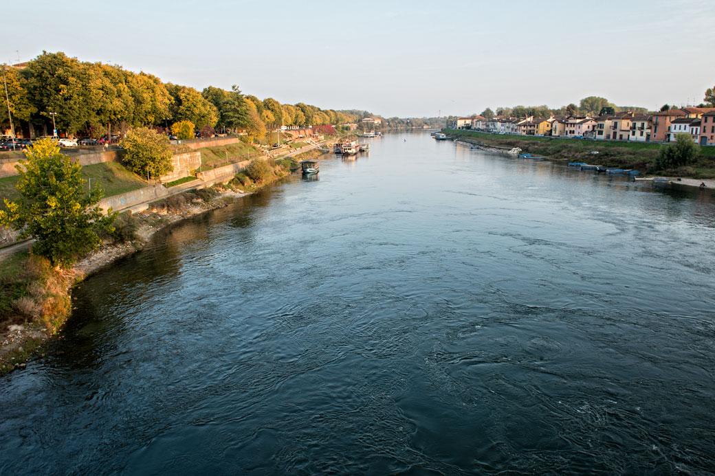 La rivière Tessin depuis le Pont couvert de Pavie, Italie