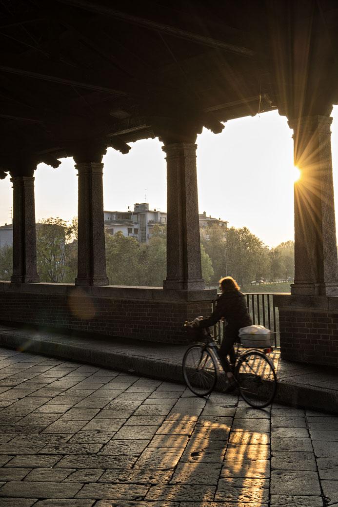 À vélo sur le Pont couvert de Pavie, Italie